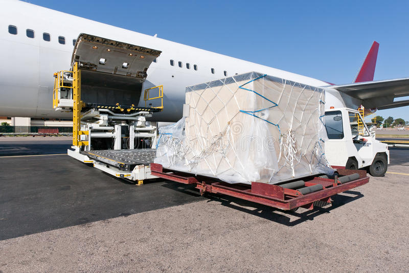 Αεροπλάνο μεταφοράς εμπορευμάτων φόρτωσης στοκ εικόνες