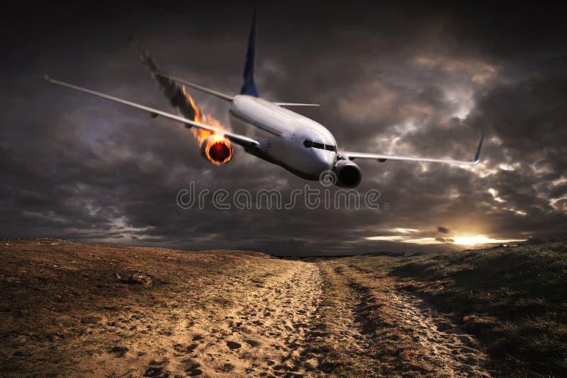 Αεροπλάνο με τη μηχανή στην πυρκαγιά για να συντρίψει περίπου απεικόνιση αποθεμάτων