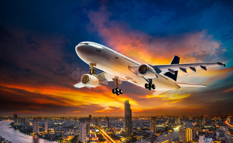 Αεροπλάνο πέρα από την πόλη σκηνής νύχτας στοκ εικόνες με δικαίωμα ελεύθερης χρήσης