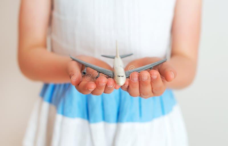 Αεροπλάνο παιχνιδιών εκμετάλλευσης μικρών κοριτσιών στοκ φωτογραφίες