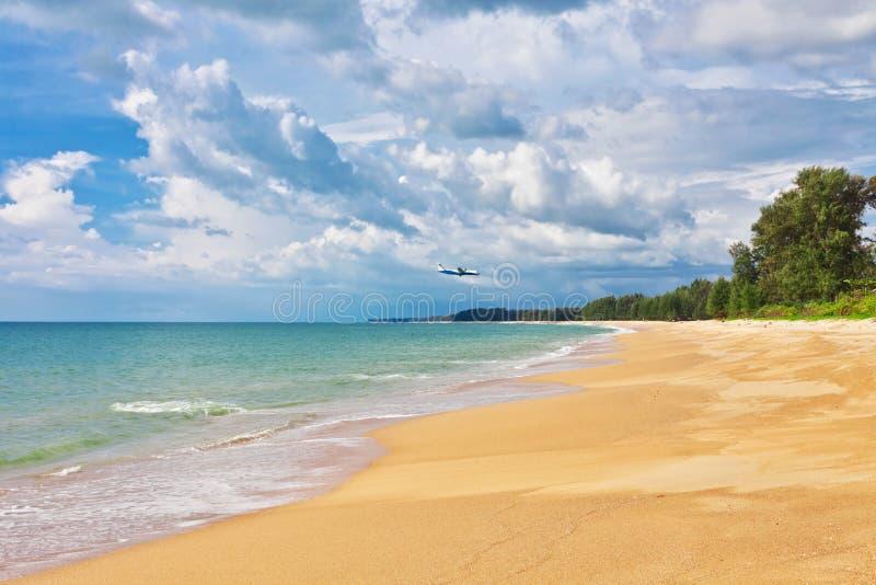 Αεροπλάνο που πετά στην εξωτική τροπική παραλία στοκ φωτογραφίες
