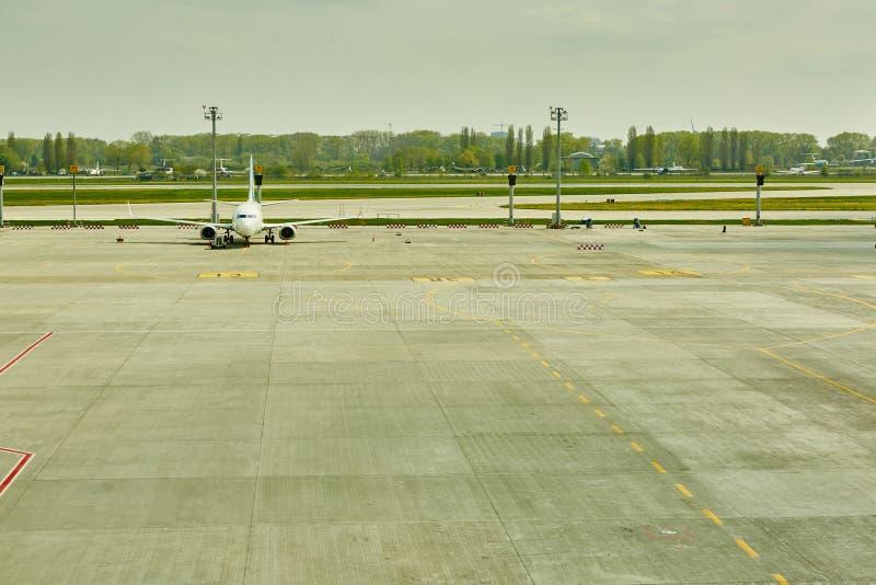 Αεροπλάνο στην τελική πύλη έτοιμη για την απογείωση στοκ εικόνα με δικαίωμα ελεύθερης χρήσης