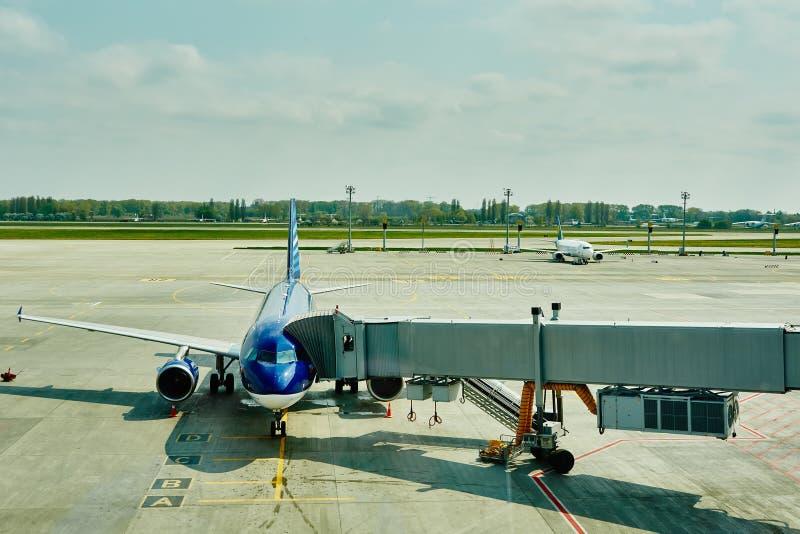 Αεροπλάνο στην τελική πύλη έτοιμη για την απογείωση στοκ φωτογραφία