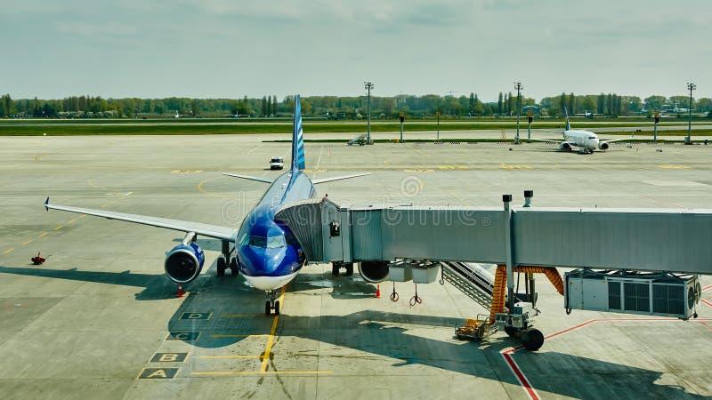 Αεροπλάνο στην τελική πύλη έτοιμη για την απογείωση στοκ φωτογραφίες