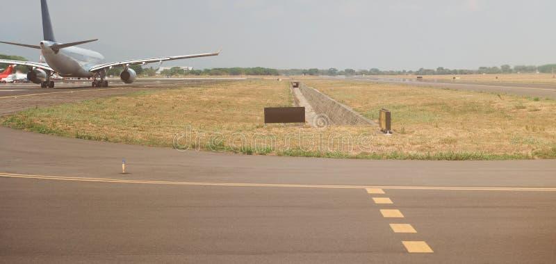 Αεροπλάνο στο διάδρομο αερολιμένων στοκ φωτογραφία με δικαίωμα ελεύθερης χρήσης