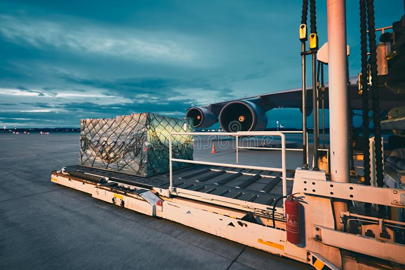 Αεροπλάνο φορτίου στο σούρουπο στοκ φωτογραφίες με δικαίωμα ελεύθερης χρήσης