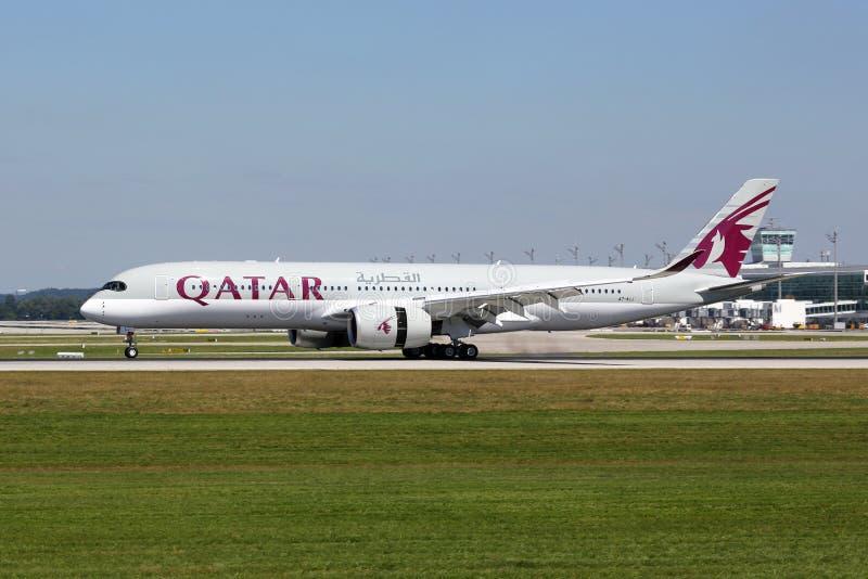 Αεροπλάνο airbus A350-900 εναέριων διαδρόμων του Κατάρ στοκ εικόνα με δικαίωμα ελεύθερης χρήσης