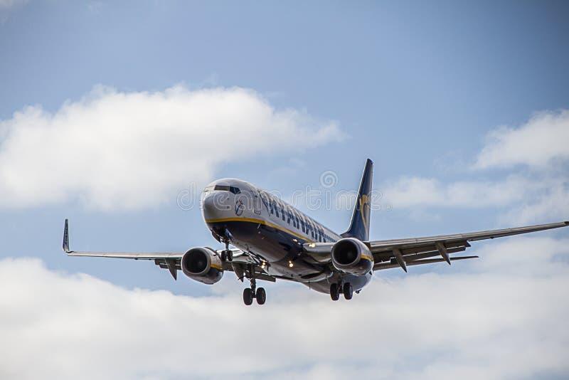 Αεροπλάνο Boeing 737-800 Ryanair που προσγειώνεται στο νησί Lanzarote στοκ φωτογραφία με δικαίωμα ελεύθερης χρήσης