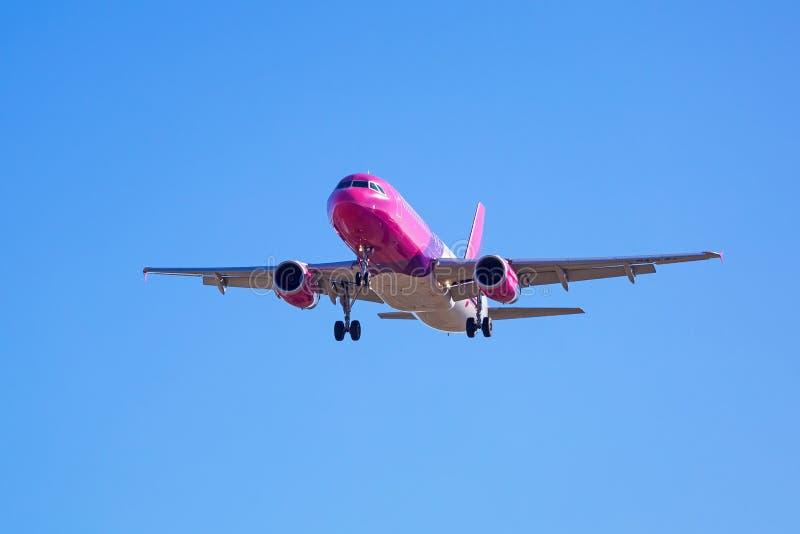 Αεροσκάφη αέρα Wizz που προσγειώνονται στον αερολιμένα στοκ εικόνες