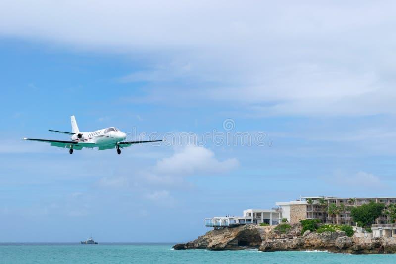 Αεροσκάφη αεριωθούμενων αεροπλάνων ιδιωτικής επιχείρησης με να προετοιμαστεί να προσγειωθεί στοκ φωτογραφία με δικαίωμα ελεύθερης χρήσης