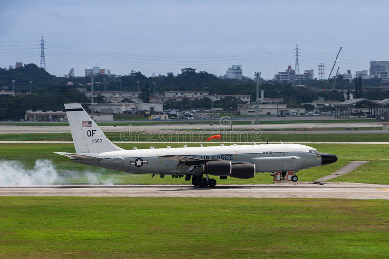 Αεροσκάφη αμερικανικής πολεμικής αεροπορίας RC135 που προσγειώνονται στη Οκινάουα στοκ εικόνα
