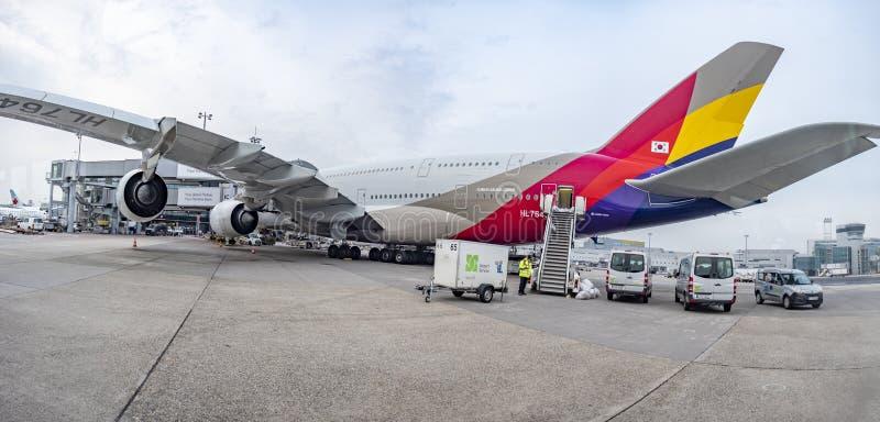 Αεροσκάφη στον τερματικό σταθμό του διεθνούς αερολιμένα της Φρανκφούρτης στη Γερμανία στοκ εικόνες