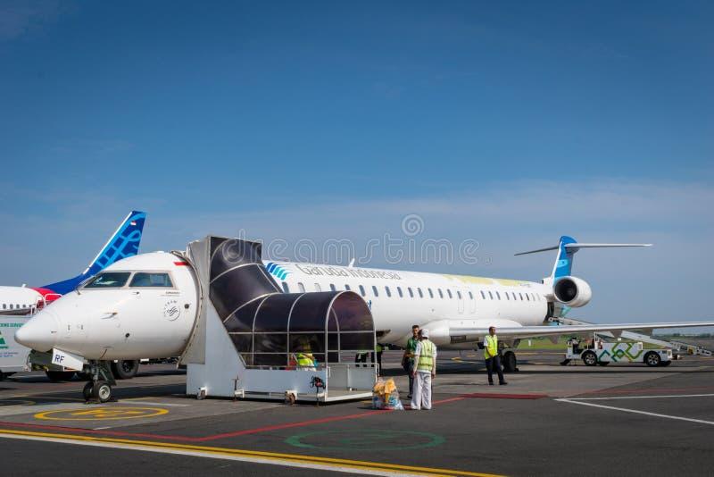 Αεροσκάφη της Ινδονησίας Garuda που προσγειώνονται στην ανατολή στοκ φωτογραφίες
