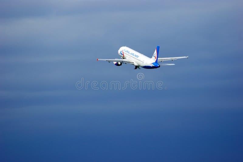 Αεροσκάφη airbus A321-211 αερογραμμών Ural στο διεθνή αερολιμένα Pulkovo στην Άγιος-Πετρούπολη, Ρωσία στοκ φωτογραφία με δικαίωμα ελεύθερης χρήσης