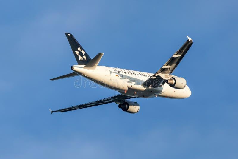 Αεροσκάφη airbus συμμαχίας αστεριών A319 μετά από την απογείωση στοκ εικόνες