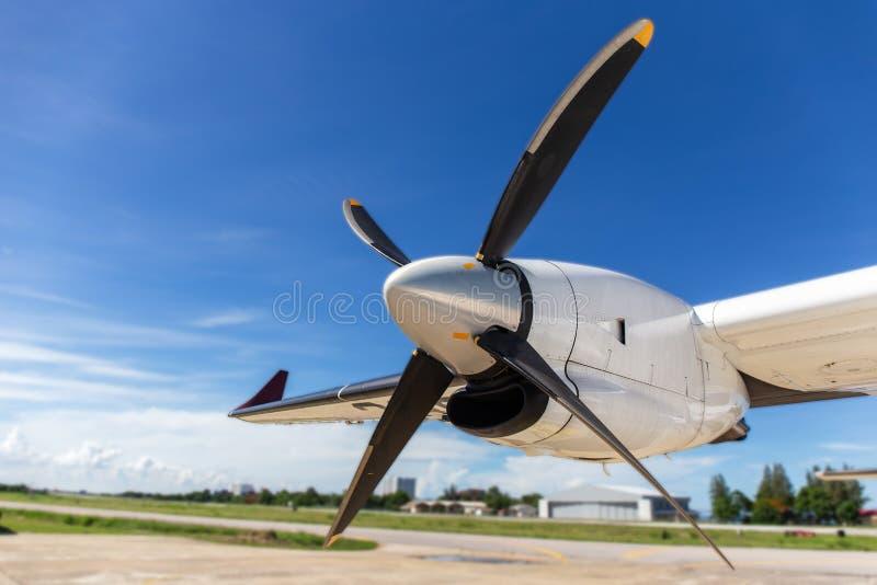 Αεροσκαφών λεπίδων και turboprop προωστήρων μηχανές με το αεροδρόμιο και στοκ φωτογραφίες με δικαίωμα ελεύθερης χρήσης