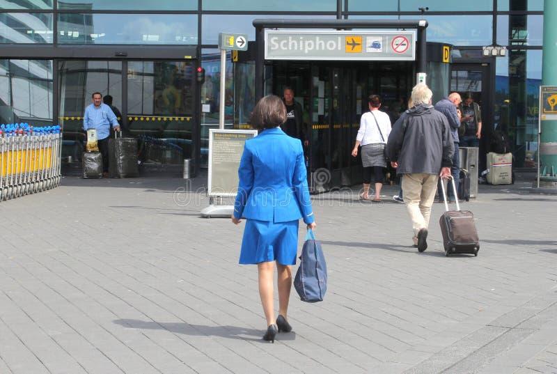 Αεροσυνοδός KLM στο διεθνή αερολιμένα του Άμστερνταμ στοκ φωτογραφία με δικαίωμα ελεύθερης χρήσης