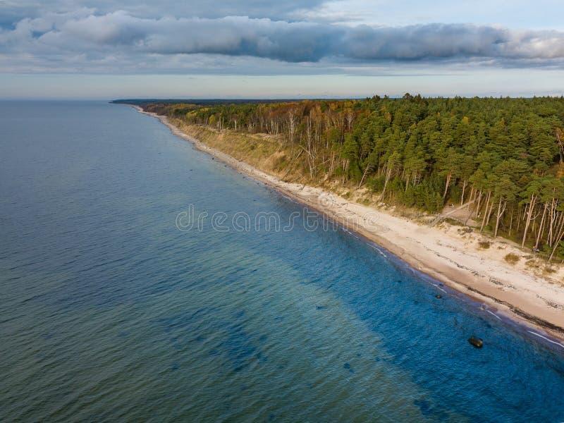 Αεροφωτογραφία διάσηου τουριστικού αξιοθέατο κοντά στην Klaipeda, Λιθουανία The Dutchman's Cap - Ήρεμο φθινοπωρινό τοπίο στην ευρ στοκ φωτογραφία