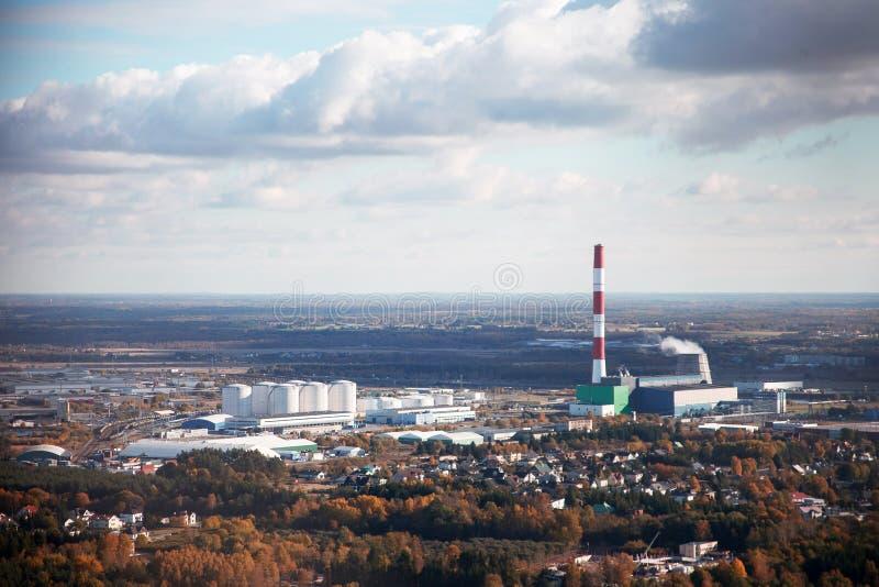 Αεροφωτογραφία μιας βιομηχανικής πόλης με ένα εργοστάσιο στοκ φωτογραφία