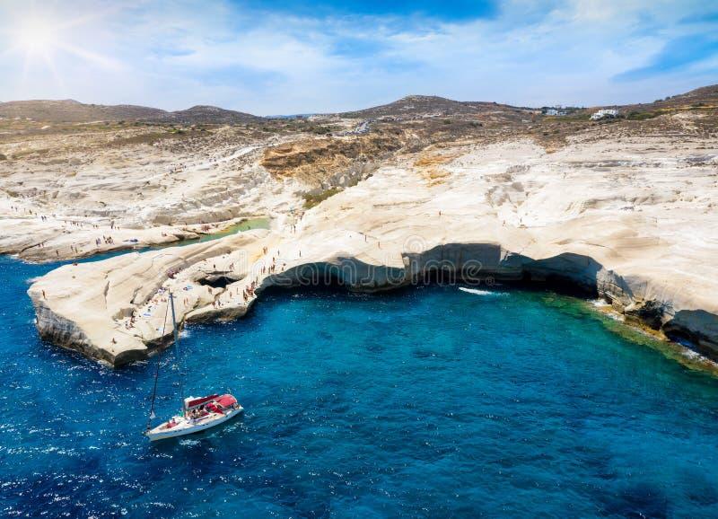 Αεροφωτογραφία στη δημοφιλή παραλία Sarakiniko, Μίλος, Κυκλάδες, Ελλάδα στοκ φωτογραφία με δικαίωμα ελεύθερης χρήσης