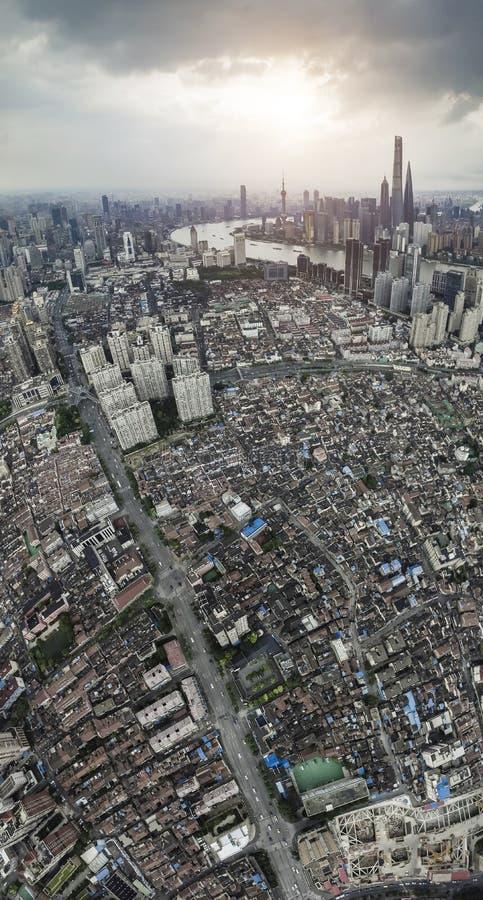 Αεροφωτογραφία στον ορίζοντα φραγμάτων της Σαγκάη του λυκόφατος στοκ φωτογραφίες