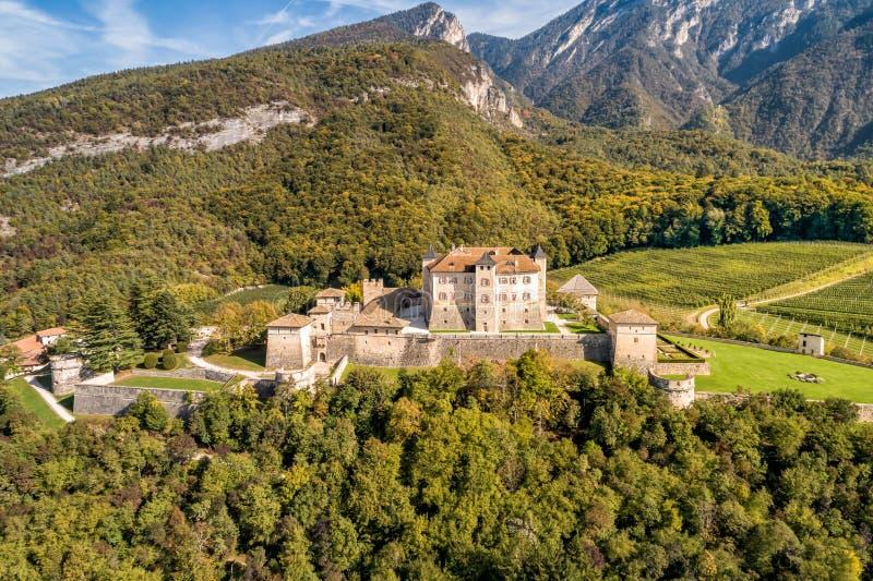 Αεροφωτογραφία του Castel Thun, γοτθικού, μεσαιωνικού κάστρου, επαρχία Trento, Ιταλία στοκ φωτογραφία με δικαίωμα ελεύθερης χρήσης