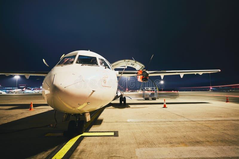 Αερολιμένας στη νύχτα στοκ εικόνες
