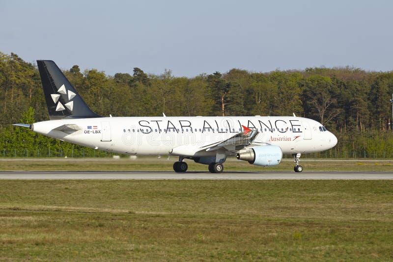 Αερολιμένας της Φρανκφούρτης - το airbus A320-214 της Austrian Airlines απογειώνεται στοκ φωτογραφία με δικαίωμα ελεύθερης χρήσης