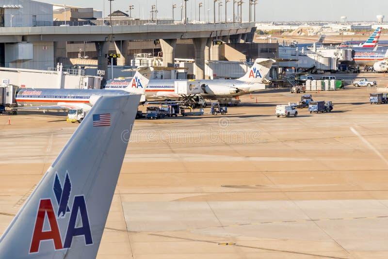 Αερολιμένας DFW - αεροπλάνα στην κεκλιμένη ράμπα στοκ εικόνες