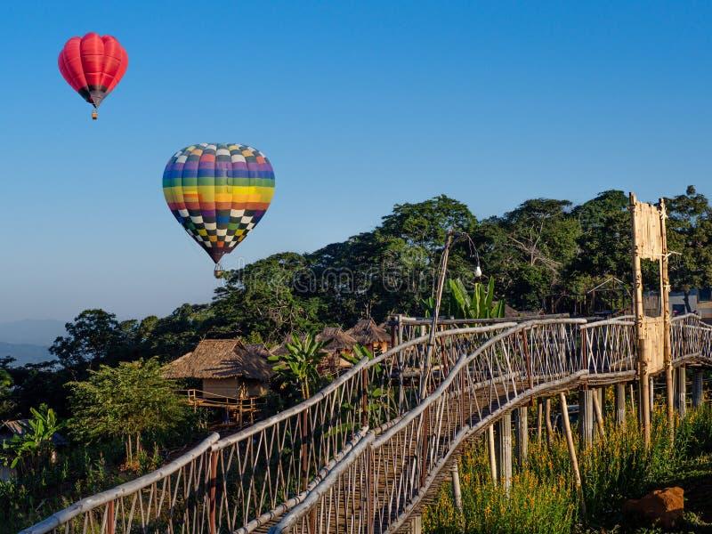 Αερόστατα με ζεστό αέρα στον γαλάζιο ουρανό στο Ban Doi Sa-μκο Chiangsaen, επαρχία Chiang Rai, Ταϊλάνδη στοκ φωτογραφία με δικαίωμα ελεύθερης χρήσης