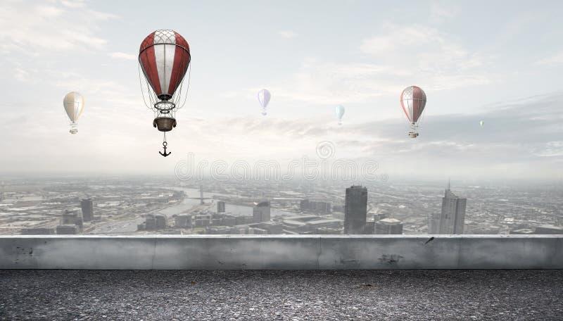 Αερόστατα που πετούν πέρα από την πόλη στοκ φωτογραφίες με δικαίωμα ελεύθερης χρήσης