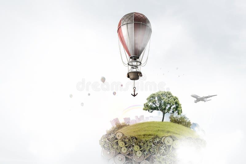 Αερόστατα που πετούν πέρα από την πόλη στοκ εικόνες