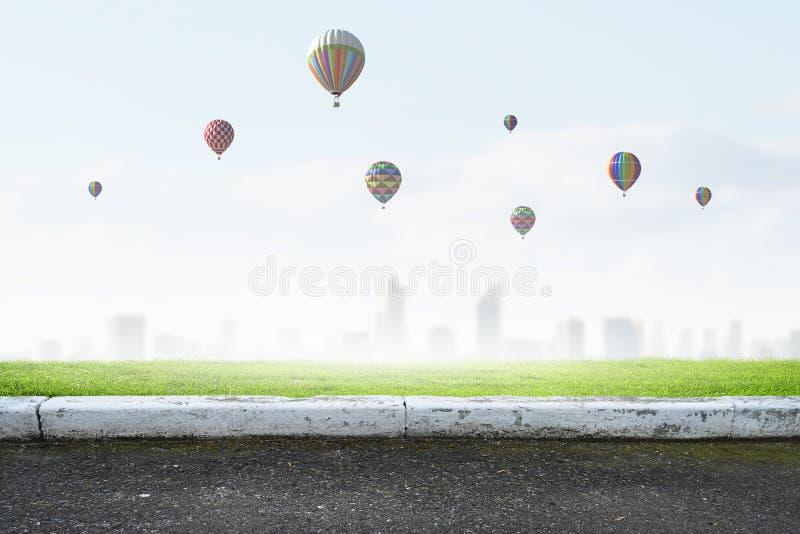 Αερόστατα που πετούν πέρα από την πόλη στοκ φωτογραφία με δικαίωμα ελεύθερης χρήσης