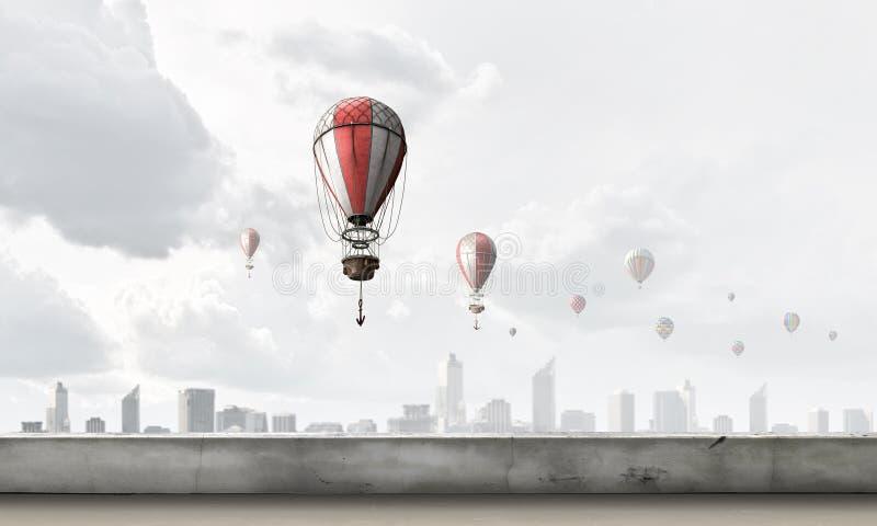 Αερόστατα που πετούν πέρα από την πόλη στοκ φωτογραφίες
