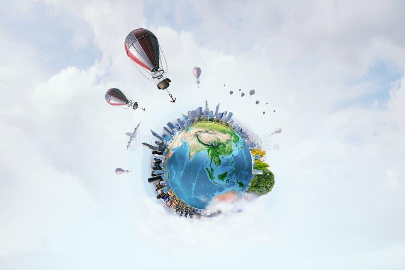 Αερόστατα που πετούν πέρα από τον ουρανό Μικτά μέσα στοκ φωτογραφίες