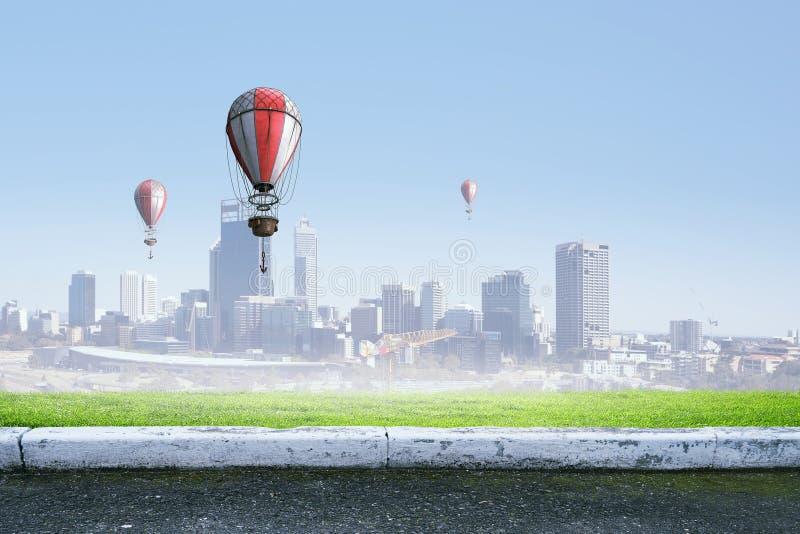 Αερόστατα που πετούν πέρα από τον ουρανό Μικτά μέσα στοκ φωτογραφία με δικαίωμα ελεύθερης χρήσης
