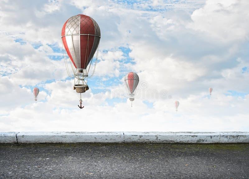 Αερόστατα που πετούν πέρα από τον ουρανό στοκ φωτογραφία με δικαίωμα ελεύθερης χρήσης