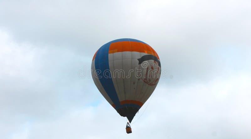Αερόστατο ενάντια στους συννεφιάζω ουρανούς στοκ φωτογραφίες με δικαίωμα ελεύθερης χρήσης