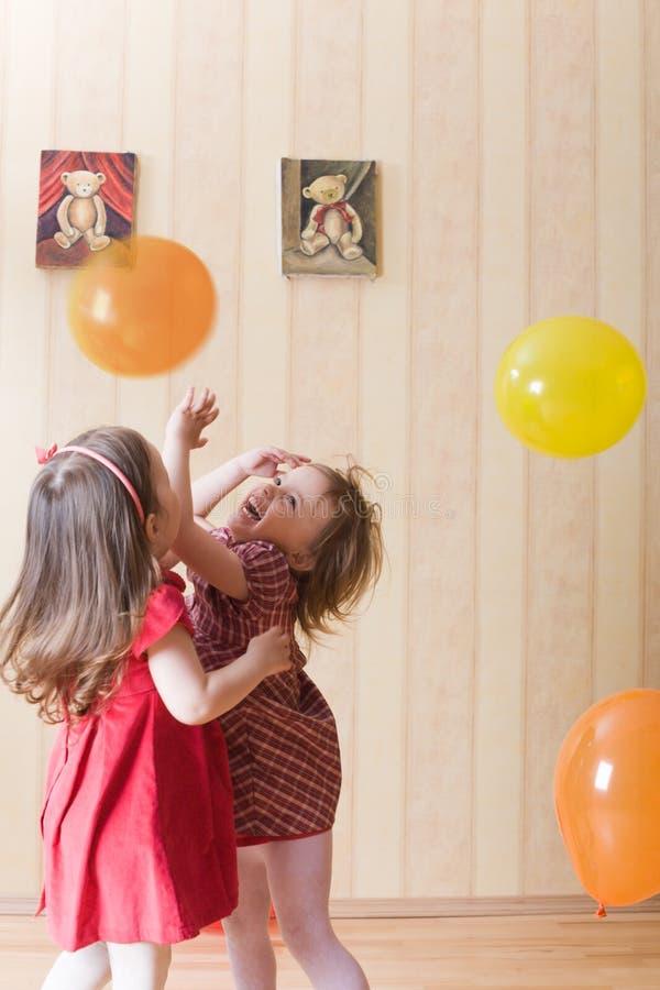 αερώδη κορίτσια σφαιρών λίγα που παίζουν δύο στοκ εικόνες με δικαίωμα ελεύθερης χρήσης