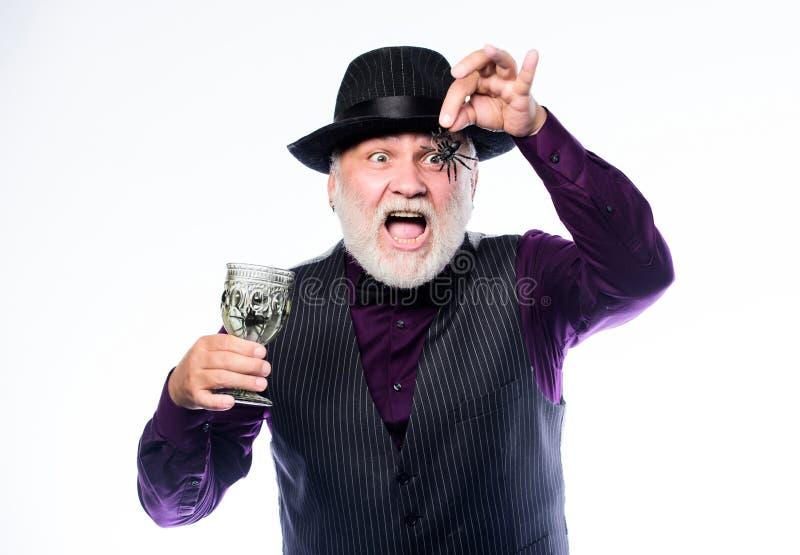 Αηδιαστικό αποκριάτικο ποτό Κομψή στολή μπάρμαν με καπέλο και γιλέκο Αποκριάτικο πάρτι με θέμα το φρίκη Παράξενος γέρος στοκ εικόνα