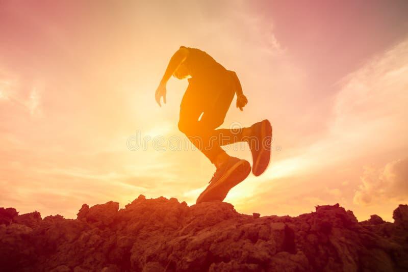 αημένο τρέχοντας ρηχό ίχνος παπουτσιών παπουτσιών εστίασης πεδίων βάθους κινηματογραφήσεων σε πρώτο πλάνο ενέργειας πάγωμα στοκ εικόνες