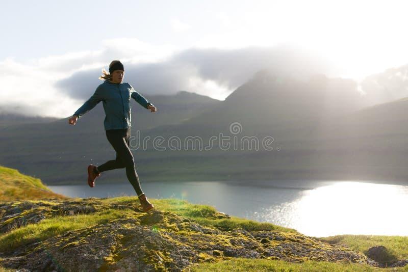 αημένο τρέχοντας ρηχό ίχνος παπουτσιών παπουτσιών εστίασης πεδίων βάθους κινηματογραφήσεων σε πρώτο πλάνο ενέργειας πάγωμα στοκ εικόνα
