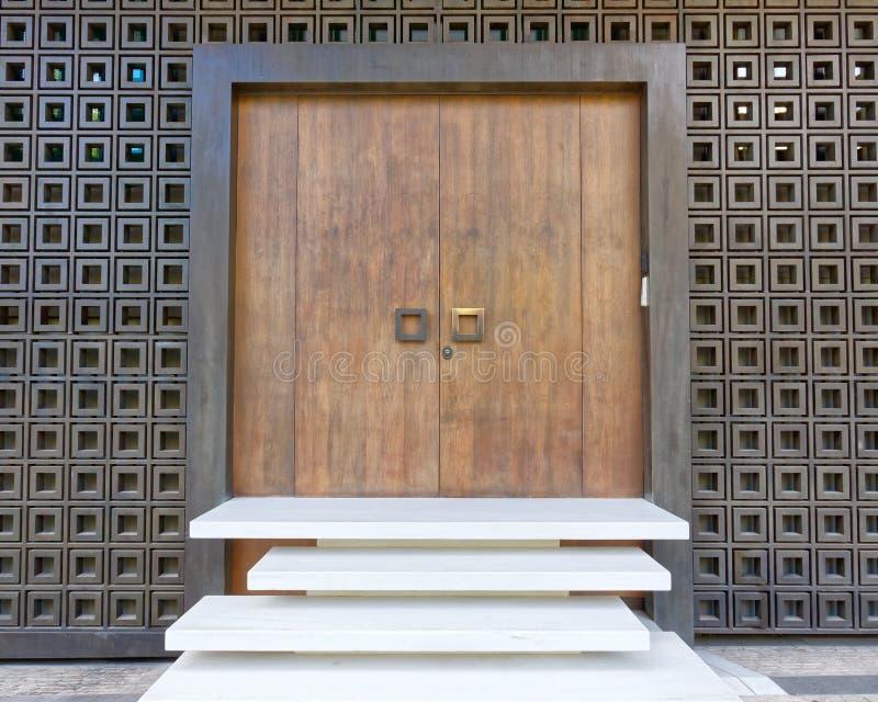 Αθήνα Ελλάδα, κομψή σύγχρονη είσοδος πορτών σπιτιών διπλή στοκ εικόνα με δικαίωμα ελεύθερης χρήσης