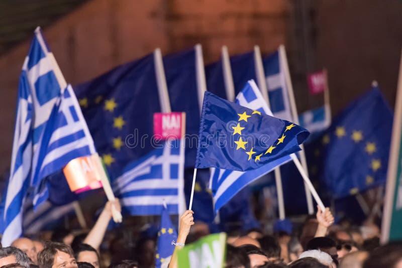 Αθήνα, Ελλάδα, στις 3 Ιουλίου 2015 Ο δήμαρχος της Αθήνας, ελληνικές προσωπικότητες και τοπικοί άνθρωποι demonstrarte για το επερχ στοκ εικόνα με δικαίωμα ελεύθερης χρήσης