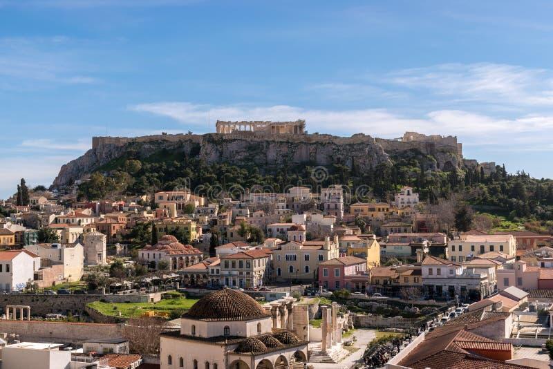 ΑΘΗΝΑ, ΕΛΛΑΔΑ - 8 ΜΑΡΤΊΟΥ 2018: Άποψη του βράχου ακρόπολη και της πλατείας Monastiraki στην Αθήνα στοκ εικόνα