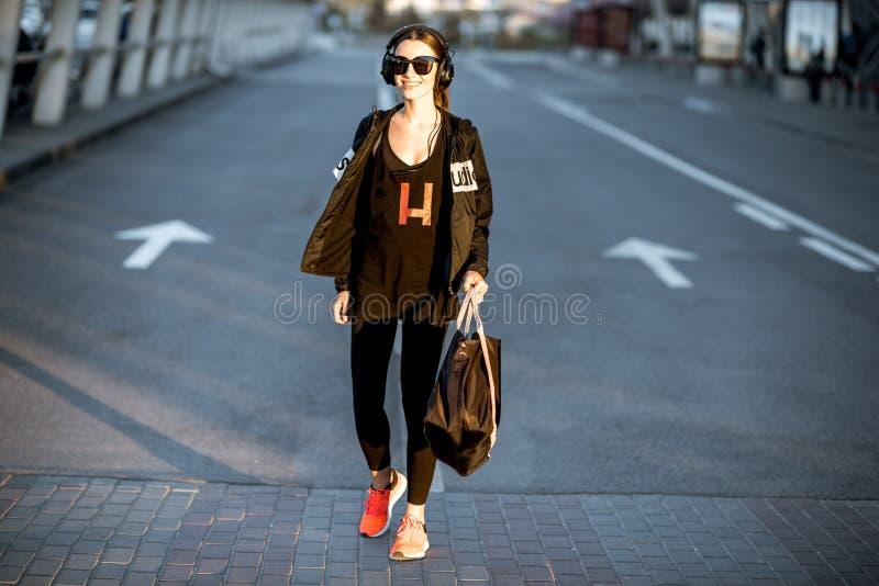 Αθλήτρια που περπατά στην οδό μετά από την κατάρτιση στοκ φωτογραφία