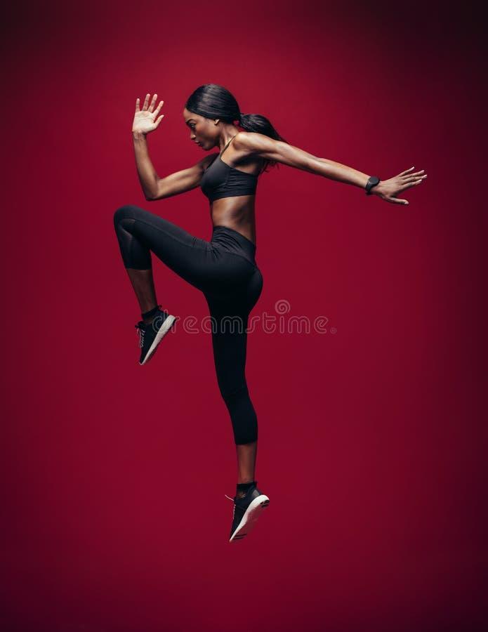 Αθλήτρια που πηδά και που τεντώνει στοκ φωτογραφίες