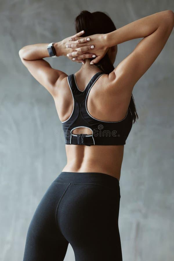 Αθλήτρια Sportswear μόδας στο τέντωμα πίσω και τους ώμους στοκ φωτογραφία με δικαίωμα ελεύθερης χρήσης