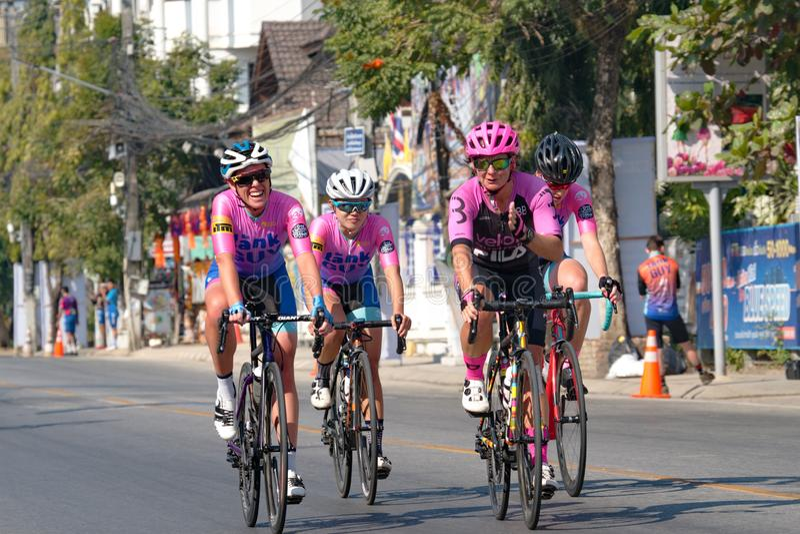 Αθλητές ποδηλατοδρόμων δημιουργούν αναμνήσεις και φιλίες μετά τον διαγωνισμό στοκ εικόνα με δικαίωμα ελεύθερης χρήσης