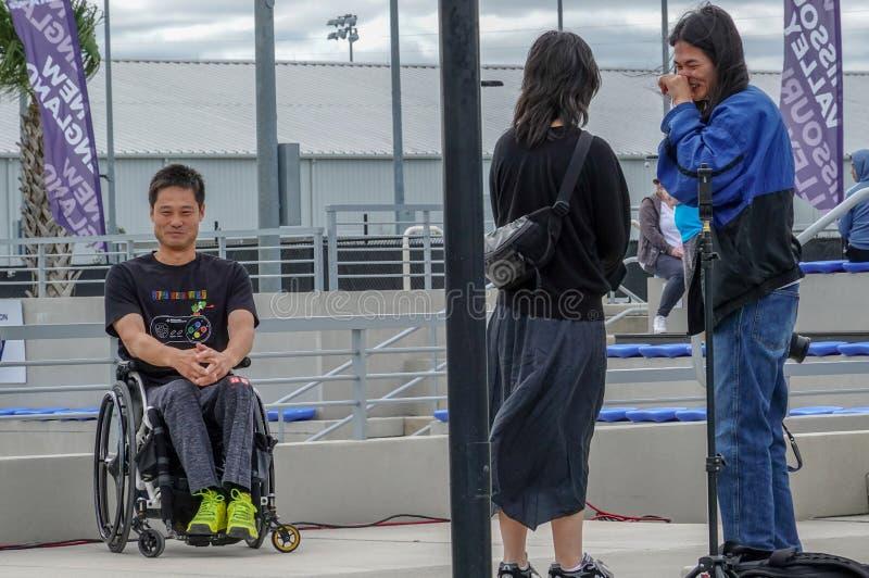 Αθλητής αντισφαίρισης με ειδικές ανάγκες που φωτογραφίζεται μπροστά από γήπεδο της Ένωσης Τένις USTA των Ηνωμένων Πολιτειών στο Ο στοκ φωτογραφία